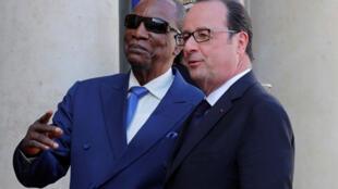 Le président français François Hollande (D) reçoit  le président guinéen Alpha Condé (G) au Palais de l'Elysée à Paris , le 11 avril 2017.