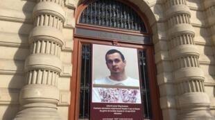 На здании мэрии IV округа Парижа вывесили портрет украинского режиссера Олега Сенцова