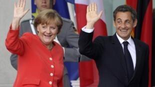O presidente francês, Nicolas Sarkozy, e a chanceler alemã, Angela Merkel, nesta sexta-feira, em Berlim.