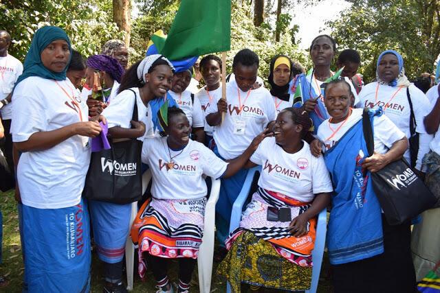 Wanawake waliopanda mlima wa Kilimanjaro hadi kileleni kama ishara ya kupambana na mifumo kandamizi  na kupaza sauti zao juu ya usawa kwa wote.