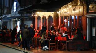 Во Франции запретят открытые террасы кафе с отоплением