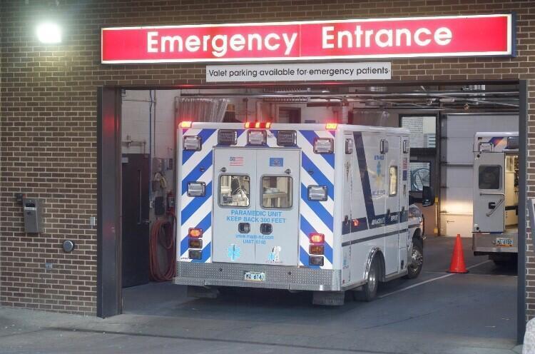 L'entrée du service des urgences de l'hôpital de Bismarck, débordé par les patients.
