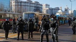 Lực lượng an ninh Nga canh gác bên ngoài tòa án trong ngày xử đầu tiên nhà đối lập Alexei Navalny, sau khi từ Đức trở về.