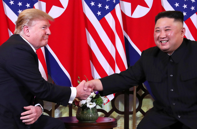 O Presidente dos Estados Unidos, Donald Trump e o seu homólogo da Coreia do Norte num aperto de mão, durante a cimeira de Hanoi, a 27 de Fevereiro de 2019