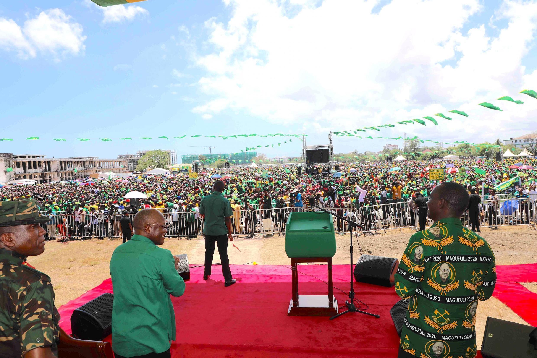 Rais wa Tanzania John Magufuli, mgombea kwenye kiti cha urais kwa muhula wa pili, ahutubia wafuasi wake jijini Dar es Salaam, Oktoba 14, 2020.