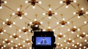 圖為電視轉播中國發改委負責人在兩會新聞發布會上講話