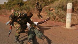 Entrainement à la fouille au corps et arrestation immédiate sur la base militaire de Koulikoro, à une soixantaine de kilomètres au nord de Bamako.