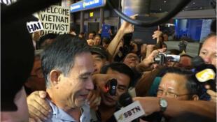 Blogger Nguyễn Văn Hải - Điếu Cày - tới sân bay Los Angeles, 21/10/2014 (© Private http://www.amnesty.fr)