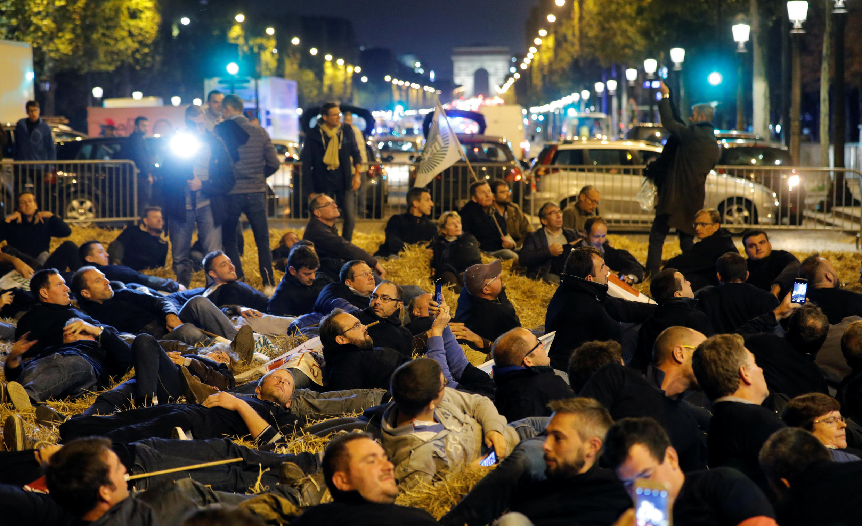 Protestos de agricultores na Champs Elysée em Paris contra projeto de proibir o uso do glifosato até 2022.