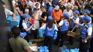 La Cruz Roja venezolana distribuye la ayuda humanitaria en el barrio Agua Salud de Caracas, el 16 de abril de 2019.