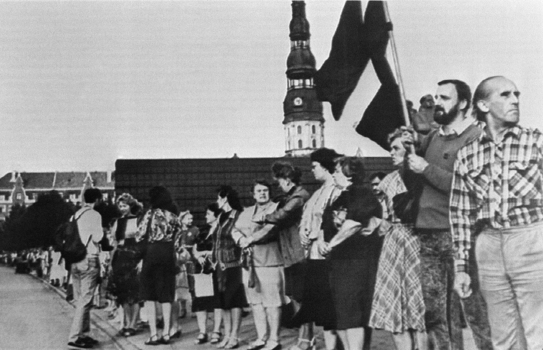 Photo de résidents baltes se tenant côte à côte pour former une chaîne humaine reliant les villes de Tallinn, Riga et Vilnius (environ 620 km) à l'occasion du cinquantième anniversaire du pacte germano-soviétique ayant conduit à l'annexion du Pays Baltes.