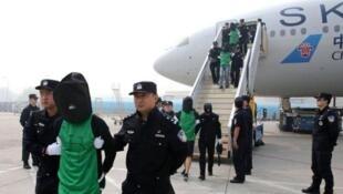 圖為早先柬埔寨將包括台灣籍人士在內的電信詐騙嫌犯引渡交送中國