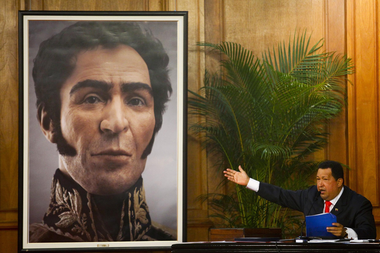Le président vénézuélien, Hugo Chavez présente le portrait en 3D du héros de l'indépendance, Simon Bolivar à l'occasion d'une cérémonie marquant son anniversaire. Photo :  Caracas, le 24 juillet 2012.