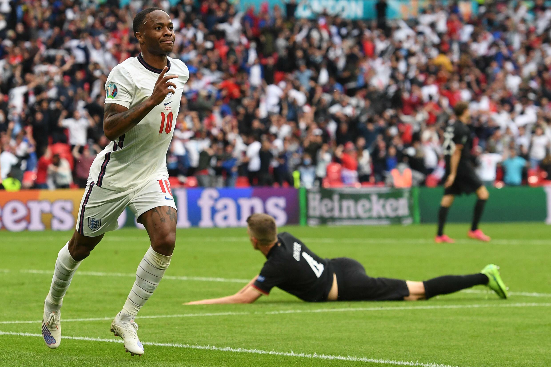 L'attaquant anglais Raheem Sterling célèbre son but inscrit lors du match des huitièmes de finale de l'Euro 2020 entre l'Angleterre et l'Allemagne au stade de Wembley à Londres, le 29 juin 2021.