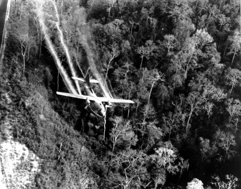 En esta foto de archivo de mayo de 1966, un C-123 de la Fuerza Aérea de EE.UU. vuela a baja altura a lo largo de una carretera de Vietnam del Sur rociando herbicidas en la densa selva junto a la carretera para eliminar los sitios de emboscada del Viet Cong durante la Guerra de Vietnam.
