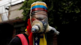 Un manifestante con una original máscara anti-gases lacrimógenos casera.