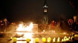 """Цветы и свечи в память о пассажирах разбившегося """"Боинга"""" в Оттаве (Канада). 9 января 2020 г."""