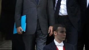 O primeiro-ministro francês, François Fillon (e), e o ministro das Finanças, François Baroin (d), após encontro com presidente Sarkozy no Palácio do Eliseu.