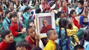 2015年7月6日,印度達蘭薩拉的藏人少年為達賴喇嘛慶賀80歲生日。