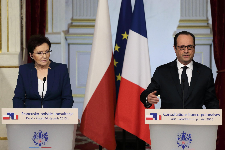 A primeira-ministra polonesa, Ewa Kopacz, e o presidente francês François Hollande, hoje, em Paris.