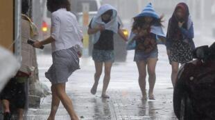 O tufão Neoguri atingiu na manhã desta terça-feira (8) a ilha de Okinawa, no sul do Japão, com ventos que variaram entre 175 e 250 km/h.
