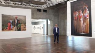 Jean-François Leroy entouré des photos de Stephanie Sinclair dans la nouvelle Arche du photojournalisme sur la Grande Arche de la Défense, Paris.