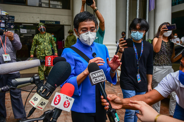 La periodista filipina Maria Ressa habla a la prensa después de asistir a una audiencia judicial en Manila el 22 de julio de 2020 por cargos de evasión fiscal