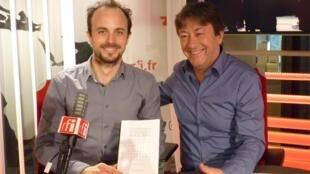 El coreógrafo argentino Matías Alberto Trípodi con Jordi Batalle después de la grabación de El invitado de RFI .
