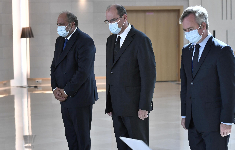 França chora a morte dos 6 franceses humanitários no Níger. Na foto o PM, Jean Castex ladeado de 2 dos seus ministros