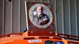 72-летний француз пересек Атлантический океан в неуправляемой бочке за 122 дня