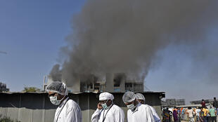 Empleados con equipos de protección tras un incendio en la sede del Instituto Serum en Pune, India, el 21 de enero de 2021