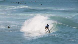 Un surfeur, lors de la compétition Anglet Pro sur la plage de la Chambre d'Amour.
