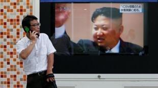 Kiongozi wa Korea Kaskazini Kim Jong-un akionekana mwenye furaha baada ya jaribio la silaha za nyuklia Septemba 3 2017