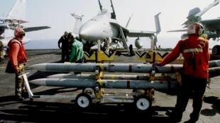 Tên lửa Sparrow trên tàu sân bay USS Eisenhower trên biển Adriatic.
