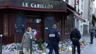 Cảnh sát tuần tra quanh nhà hàng Carillon, sau loạt tấn công khủng bố thứ Sáu ngày 13/11/2015, tại Paris.
