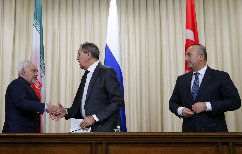 Các ngoại trưởng Iran Javad Zarif (T), Nga -Sergei Lavrov (G), Thổ Nhĩ Kỳ - Mevlut Cavusoglu (P) sau cuộc họp báo tại Matxcơva, ngày 20/12/2016