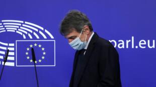 El presidente del Parlamento Europeo, David Sassoli, con una máscara facial, llega para celebrar una conferencia de prensa en Bruselas, el 25 de marzo de 2021.