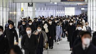Hora punta en la estación de Shinjuku en Tokio, Japón, el 4 de enero de 2021