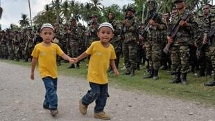 филлипинские дети на фоне отрядов «Исламского фронта освобождения моро»