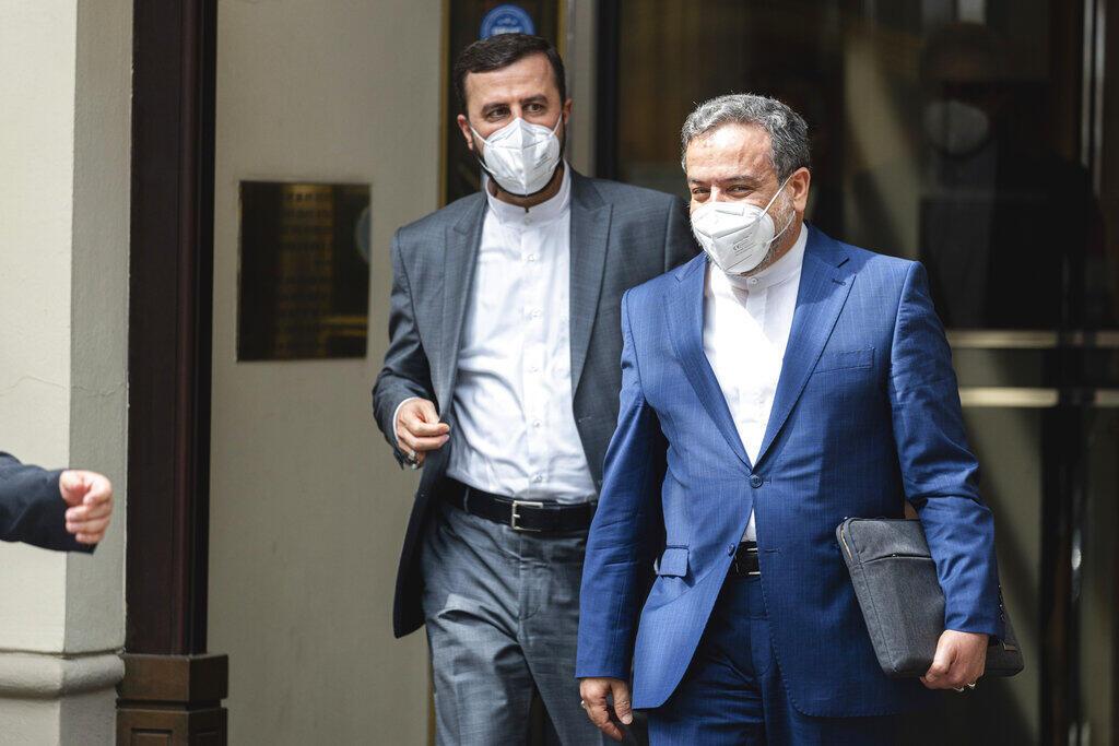 O negociador iraniano na AIEA, Kazem Gharib Abadi, e o representante do ministro das Relações Exteriores iraniano, Abbas Araghchi, deixam o 'Grand Hotel de Vienna', onde ocorreram discussões a portas fechadas sobre o programa iraniano