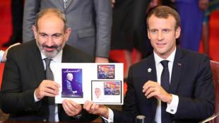 Эмманюэль Макрон (справа) и Никол Пашинян на саммите Франкофонии в Ереване, 11 октября 2018.