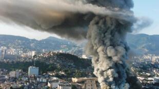 """Столб дыма над """"Городком самбы"""" в Рио-де-Жанейро, 7 февраля 2011 г."""