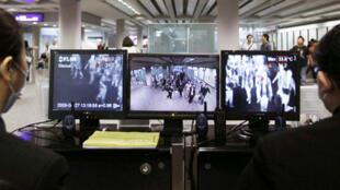 香港机场海关入境处设置检测旅客体温电脑荧幕防范禽流感侵入2009年4月27日