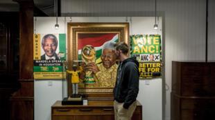 Des objets ayant appartenu à Nelson Mandela ont été vendus aux enchères avant le Mandela Day, le 17 juillet 2014.