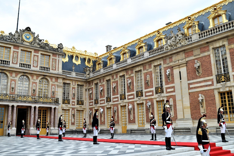 Красная ковровая дорожка и почетный караул: Версаль за несколько минут до приезда Владимира Путина, 29 мая 2017.