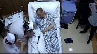 在网络中所流传的关于刘晓波先生在接受治疗 拍摄时间不详的图片