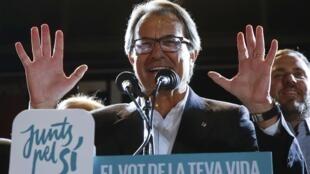 O presidente da Catalunha, Artur Mas, diz que o «Sim» à independência catalã ganhou  as eleições depois que estas foram convertidas num referendo sobre a soberania da região com a vitória absoluta dos partidos pró-independência.