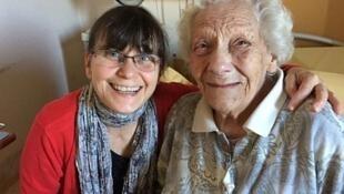 Claude, voluntaria de Les Petits Frères des Pauvres, visita  a Maria, una señora de la tercera edad, cada semana en el hospital.