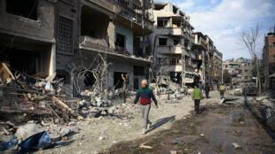 Wani sashi na garin Douma da jiragen yakin Syria suka yi wa barin wuta, a gabashin yankin Ghouta, a Syria. 23 ga Fabarairu, 2018.