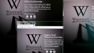 Le fondateur de l'encyclopédie en ligne Wikipedia a dévoilé un tout nouveau projet baptisé Wikitribune.  L'objectif  de cette plateforme web est de combattre la désinformation et les fausses nouvelles en publiant des articles d'actualités vérifiées.